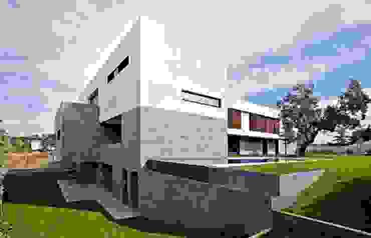 Fachada trasera y piscina desbordante Grupo Procelco, s.l. Casas de estilo moderno