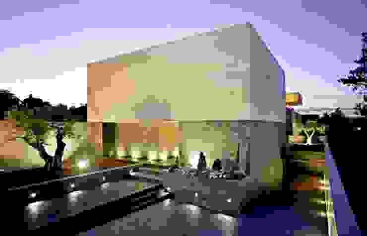 Fachada principal de acceso a vivienda Grupo Procelco, s.l. Casas de estilo moderno