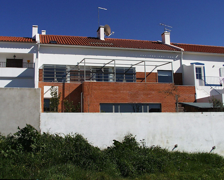 Moradia Unifamiliar - construção de custos controlados/elevada eficiência energética Casas mediterrânicas por Cidades Invisíveis, arquitectura e design Lda. Mediterrânico