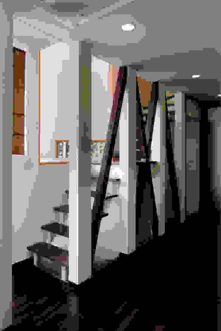 1Fリビングから階段を見る 和風の 玄関&廊下&階段 の 豊田空間デザイン室 一級建築士事務所 和風 木 木目調