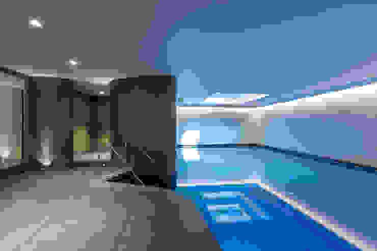 Swimming pool โดย Studio Mark Ruthven โมเดิร์น