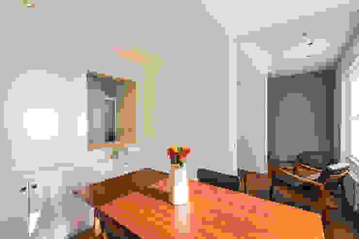 Dining room Minimalist dining room by Studio Mark Ruthven Minimalist
