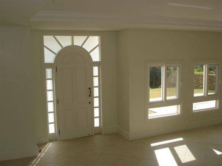 根據 Éfeso Arquitetura & Construção 古典風 玻璃