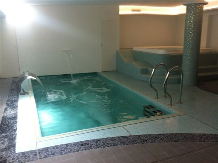 Alcune delle nostre installazioni inserendo una Jacuzzi Professionale . Aquazzura Piscine Piscina moderna
