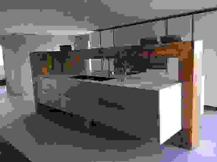 Maatwerk keuken in massief hout met zink en Corian van anders verbouwen Minimalistisch