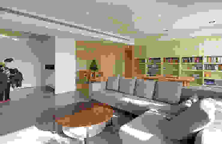 新竹 豐邑一第 周宅 现代客厅設計點子、靈感 & 圖片 根據 直譯空間設計有限公司 現代風