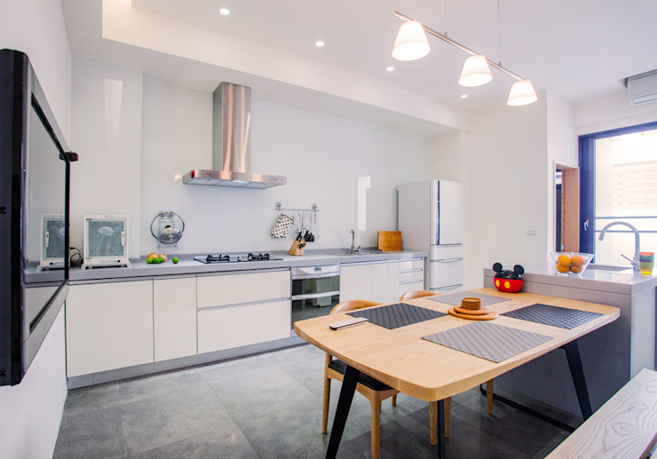 台南 謝宅 現代廚房設計點子、靈感&圖片 根據 直譯空間設計有限公司 現代風