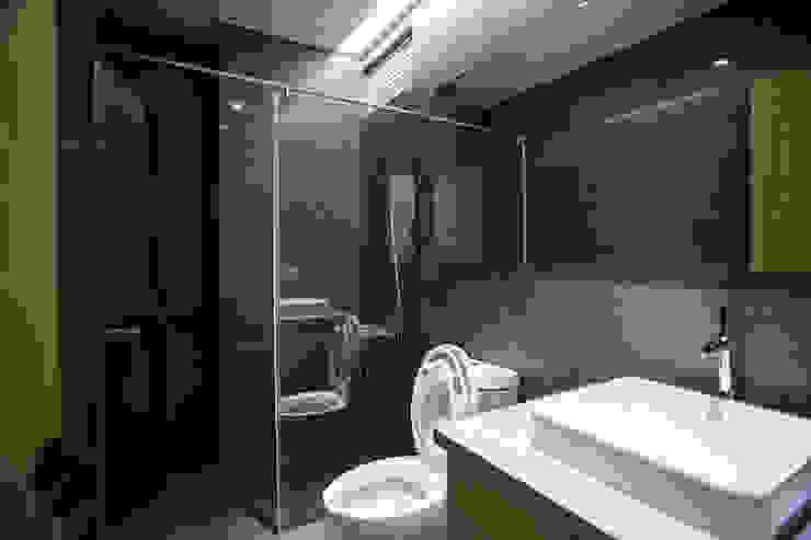 台南 謝宅 現代浴室設計點子、靈感&圖片 根據 直譯空間設計有限公司 現代風