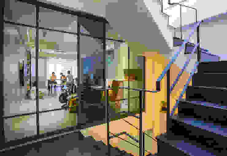 台南 謝宅 現代風玄關、走廊與階梯 根據 直譯空間設計有限公司 現代風