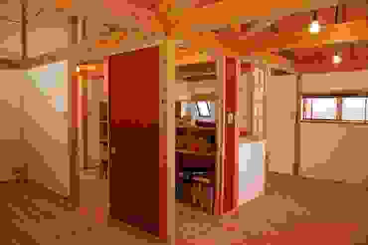 Habitaciones para niños de estilo rústico de 環アソシエイツ・高岸設計室 Rústico Madera Acabado en madera