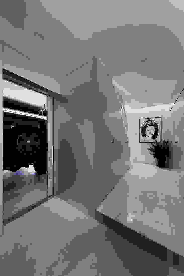 新保本・HOUSE・K(SHINBOHON・HOUSE・K) 吉田裕一建築設計事務所 ミニマルスタイルの 玄関&廊下&階段 大理石 メタリック/シルバー
