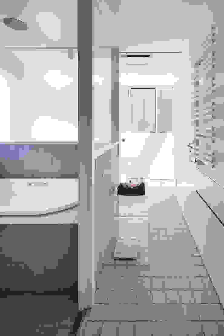 新保本・HOUSE・K(SHINBOHON・HOUSE・K) 吉田裕一建築設計事務所 ミニマルスタイルの お風呂・バスルーム タイル ベージュ