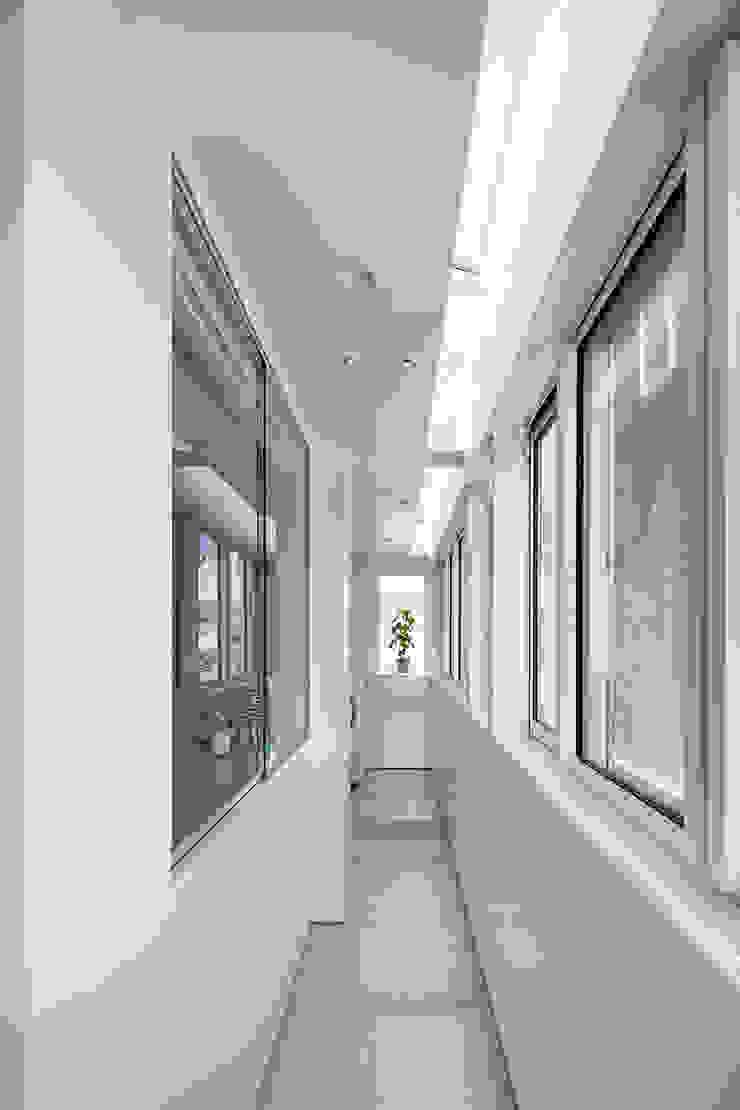 新保本・HOUSE・K(SHINBOHON・HOUSE・K) 吉田裕一建築設計事務所 ミニマルスタイルの 温室 タイル 白色