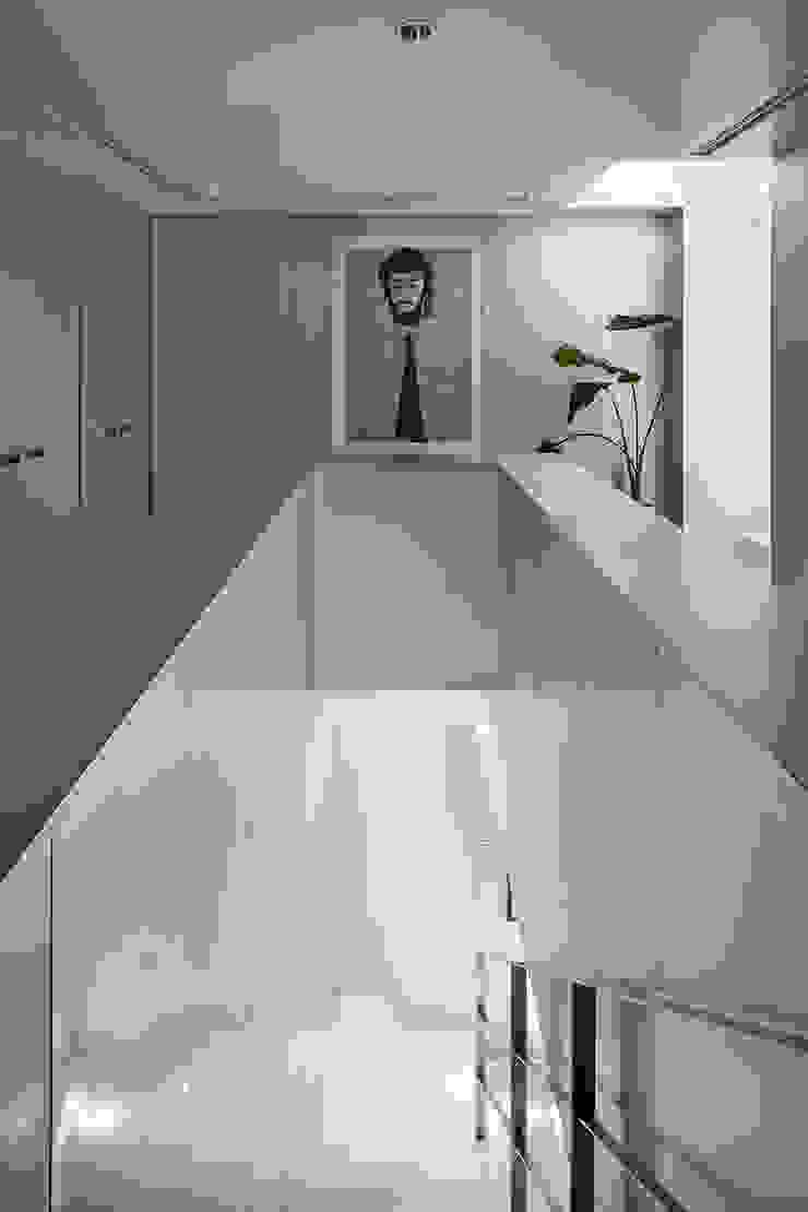 新保本・HOUSE・K(SHINBOHON・HOUSE・K) 吉田裕一建築設計事務所 モダンスタイルの 玄関&廊下&階段 アルミニウム/亜鉛 メタリック/シルバー