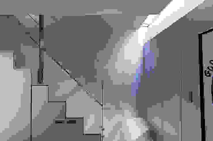 新保本・HOUSE・K(SHINBOHON・HOUSE・K) 吉田裕一建築設計事務所 ミニマルスタイルの 玄関&廊下&階段 アルミニウム/亜鉛 メタリック/シルバー