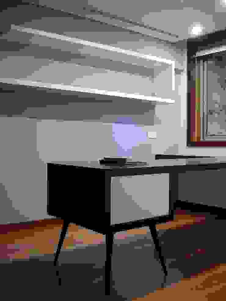 escritório 1_secretária por Emprofeira - empresa de projectos da Feira, Lda. Minimalista Madeira maciça Multicolor