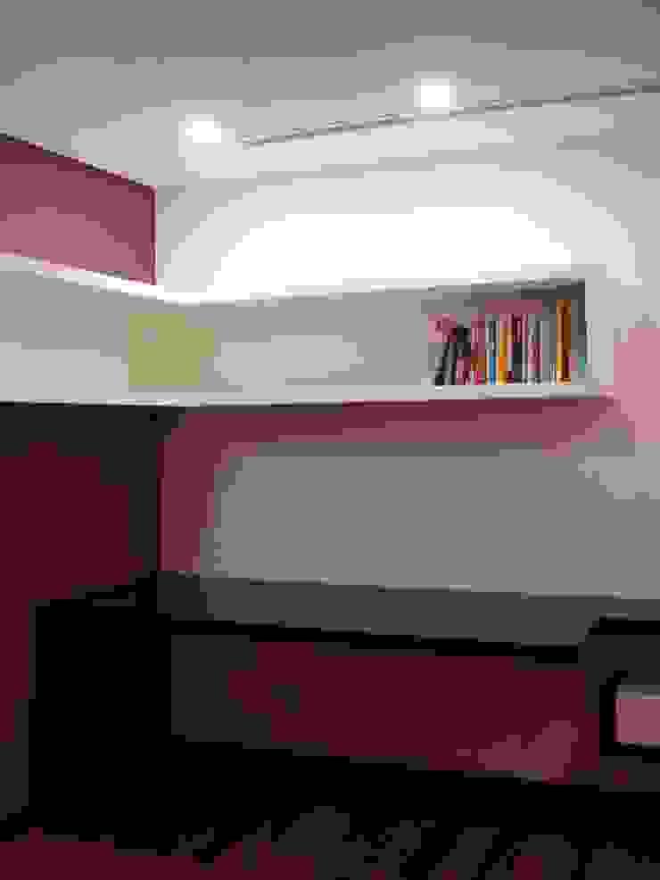 escritório 2_estante e secretária por Emprofeira - empresa de projectos da Feira, Lda. Minimalista Madeira maciça Multicolor