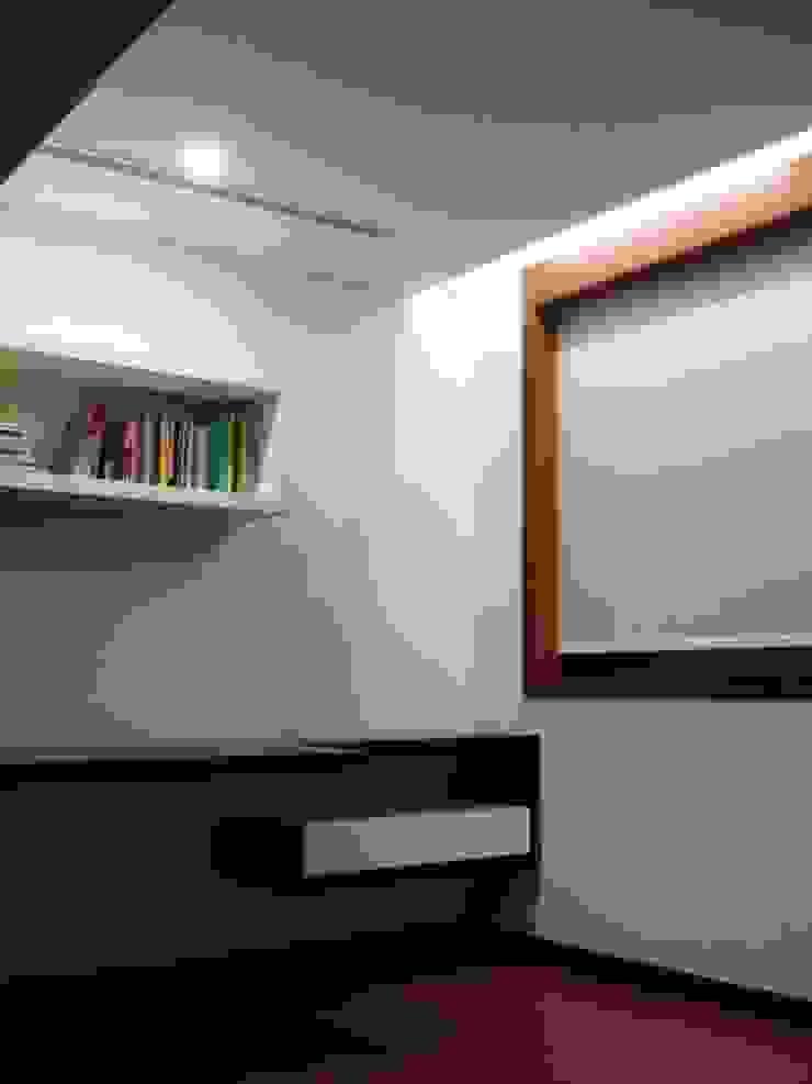 escritório 2_estante e secretária com gaveta por Emprofeira - empresa de projectos da Feira, Lda. Minimalista Madeira maciça Multicolor