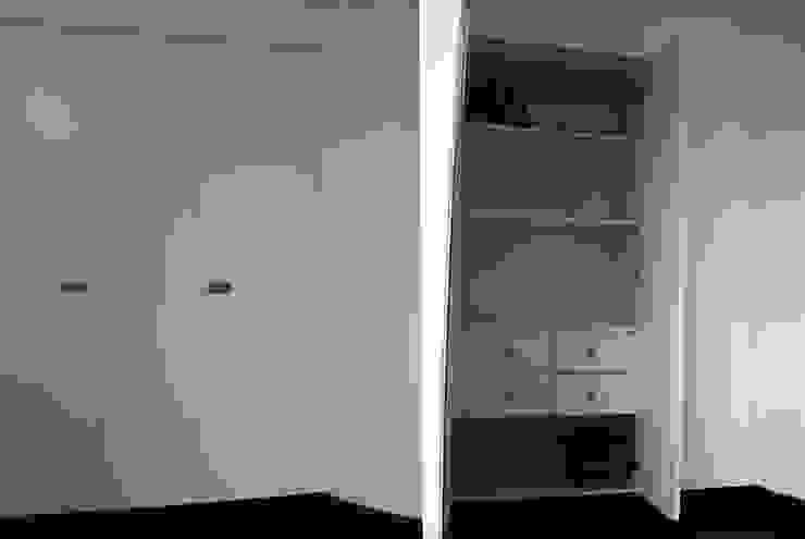 resultado final_exterior e interior do móvel despenseiro por Emprofeira - empresa de projectos da Feira, Lda. Minimalista MDF