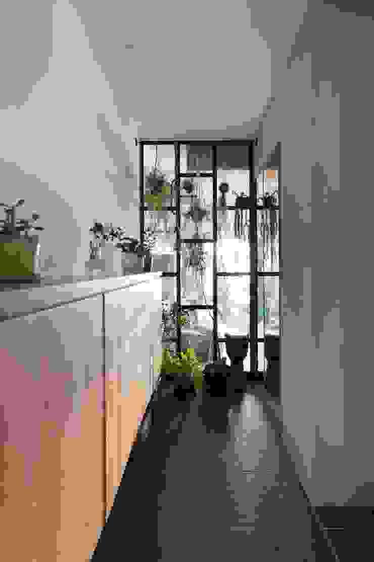 nionohama-apartment-house-renovation ラスティックスタイルの 玄関&廊下&階段 の ALTS DESIGN OFFICE ラスティック 木 木目調