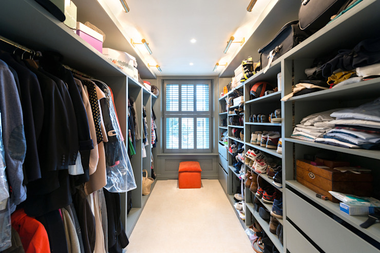 Walk in closet de estilo  por Orchestrate Design and Build Ltd., Moderno