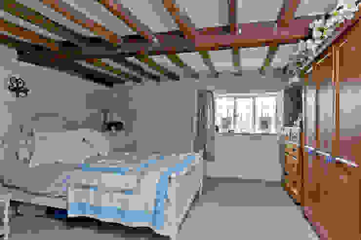 Japonica Cottage, Surrey Dormitorios de estilo rústico de Orchestrate Design and Build Ltd. Rústico