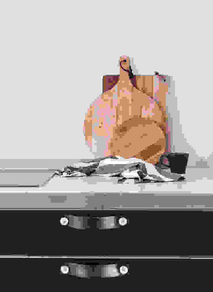 Design Studio Nu Cucina in stile scandinavo Legno Nero