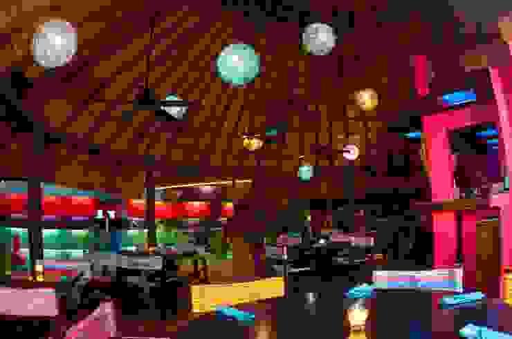 proyecto y obra restaurant Casas eclécticas de FRACTAL CORP Arquitectura Ecléctico Madera Acabado en madera