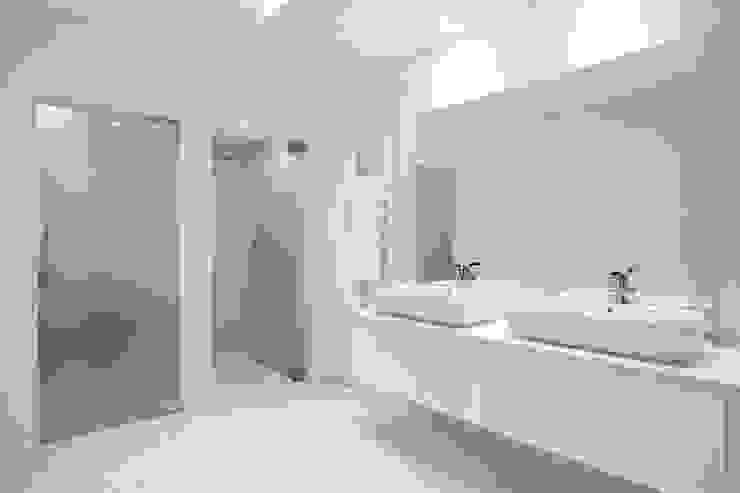 Modern bathroom by fernando piçarra fotografia Modern