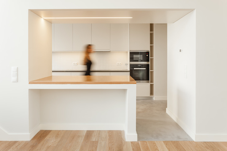 Dining room by Colectivo Cais, Minimalist