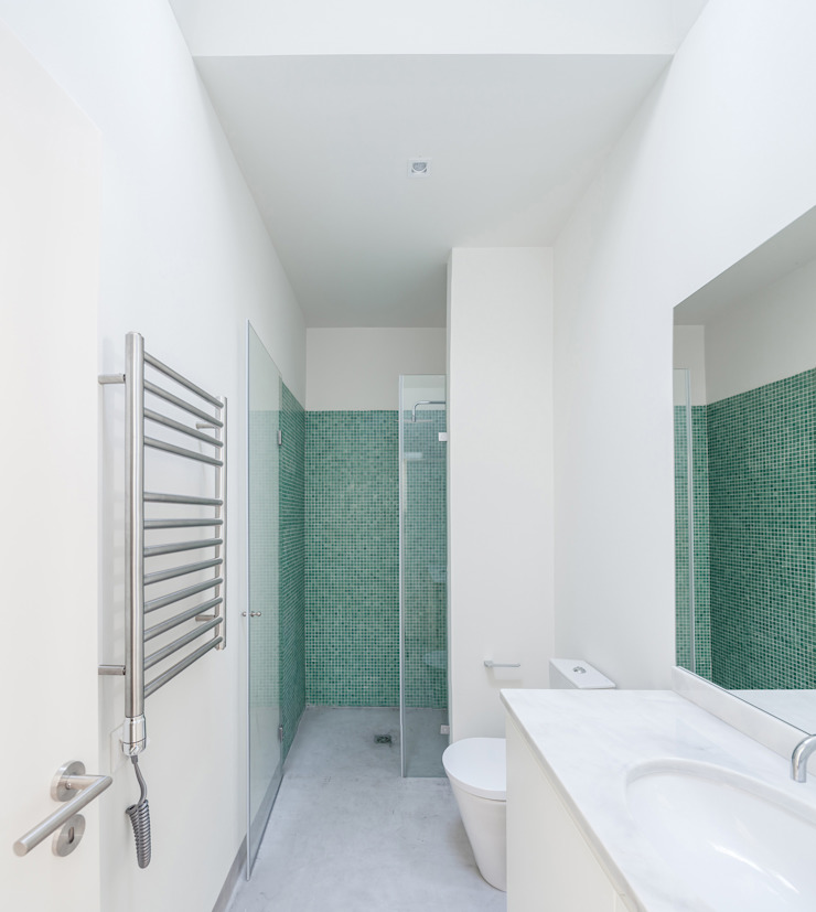Minimalist style bathroom by Colectivo Cais Minimalist