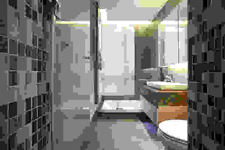木柵 涵碧園 楊宅 現代浴室設計點子、靈感&圖片 根據 直譯空間設計有限公司 現代風