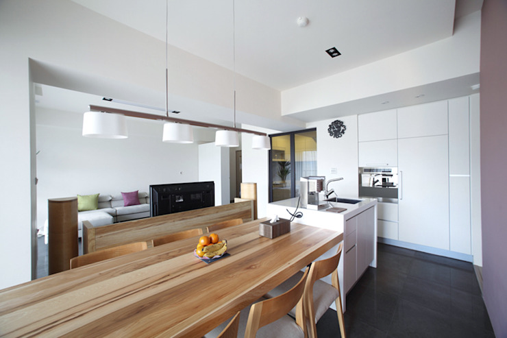 Salas de jantar modernas por 直譯空間設計有限公司 Moderno