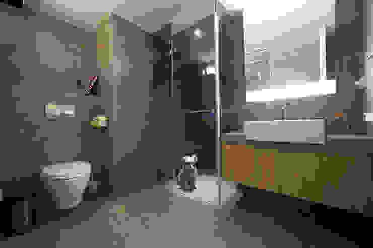 汐止 水蓮山莊 黃宅 現代浴室設計點子、靈感&圖片 根據 直譯空間設計有限公司 現代風
