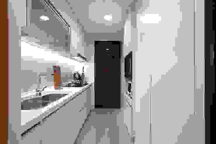 桃園 合雄首璽 吳宅 現代廚房設計點子、靈感&圖片 根據 直譯空間設計有限公司 現代風