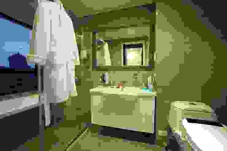 桃園 合雄首璽 吳宅 現代浴室設計點子、靈感&圖片 根據 直譯空間設計有限公司 現代風