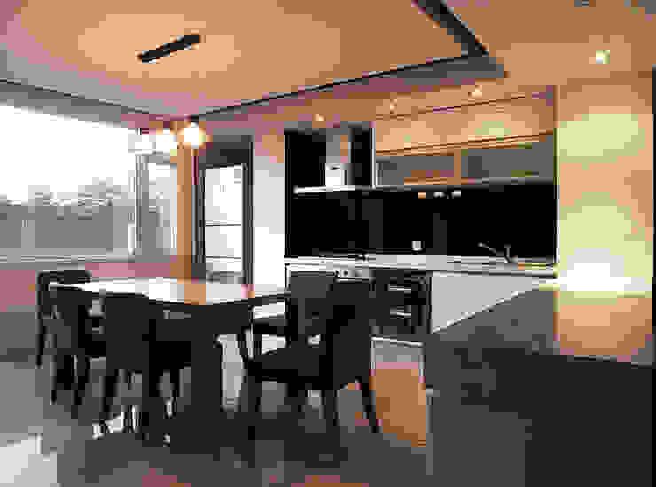 Cozinhas modernas por 直譯空間設計有限公司 Moderno