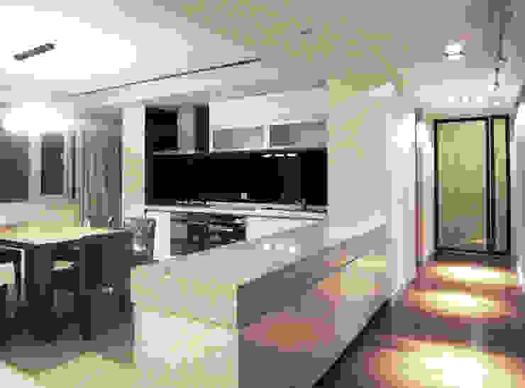 天津 格林園 杜宅 現代廚房設計點子、靈感&圖片 根據 直譯空間設計有限公司 現代風
