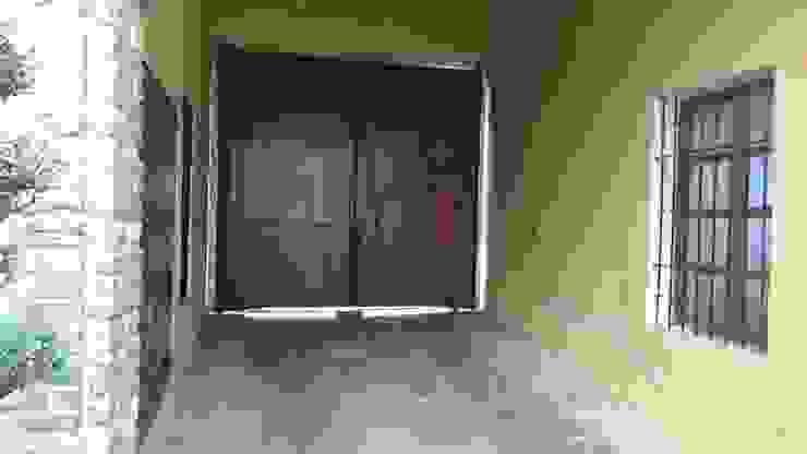 Garajes y galpones de estilo  por RUAH ARQUITECTOS , Clásico