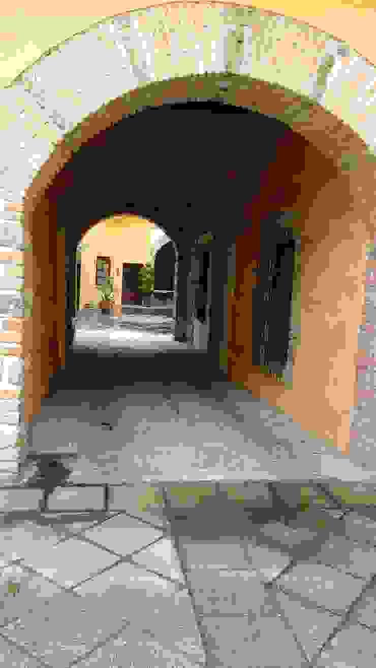 PROPIEDAD CASA DE LA VIRGEN Garajes clásicos de RUAH ARQUITECTOS Clásico