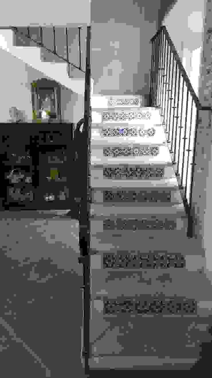 PROPIEDAD CASA DE LA VIRGEN Pasillos, vestíbulos y escaleras clásicas de RUAH ARQUITECTOS Clásico