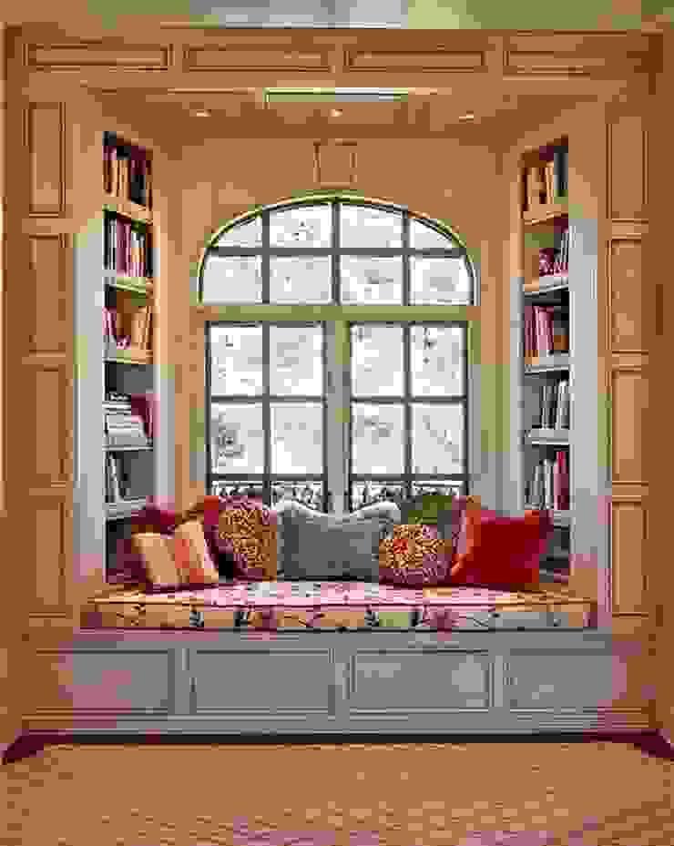 Um exemplo de uma janela no quarto das crianças. Janelas e portas clássicas por D O M | Architecture interior Clássico
