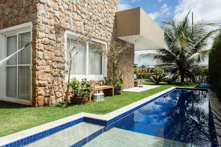 Tropical style pool by RODRIGO FONSECA | ARQUITETURA E INTERIORES Tropical