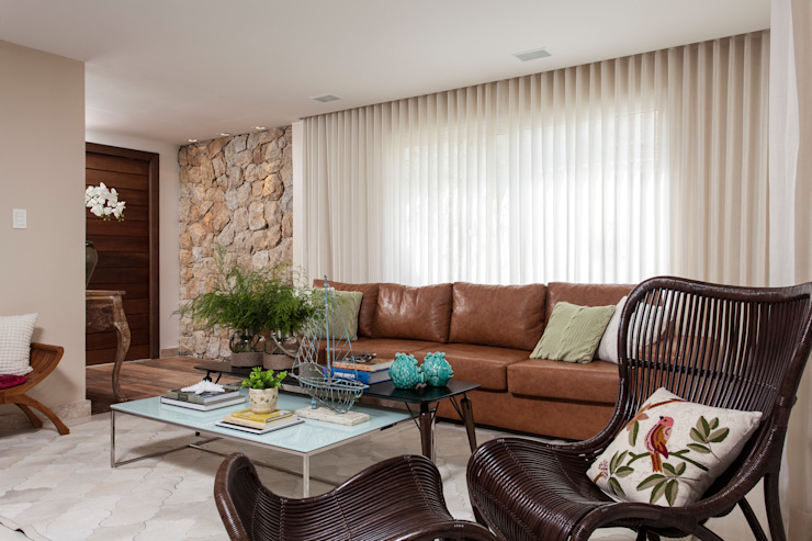 Tropical style living room by RODRIGO FONSECA | ARQUITETURA E INTERIORES Tropical