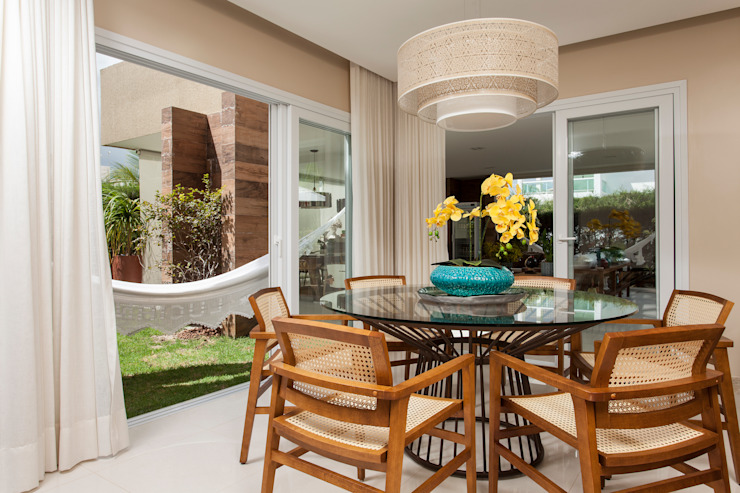 Tropical style dining room by RODRIGO FONSECA | ARQUITETURA E INTERIORES Tropical
