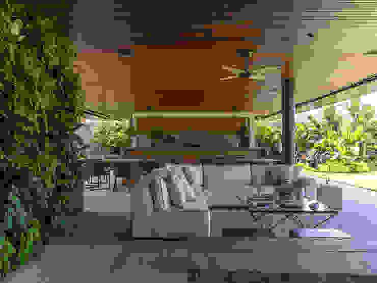 Tropical style garden by Daniel Nunes Paisagismo Tropical