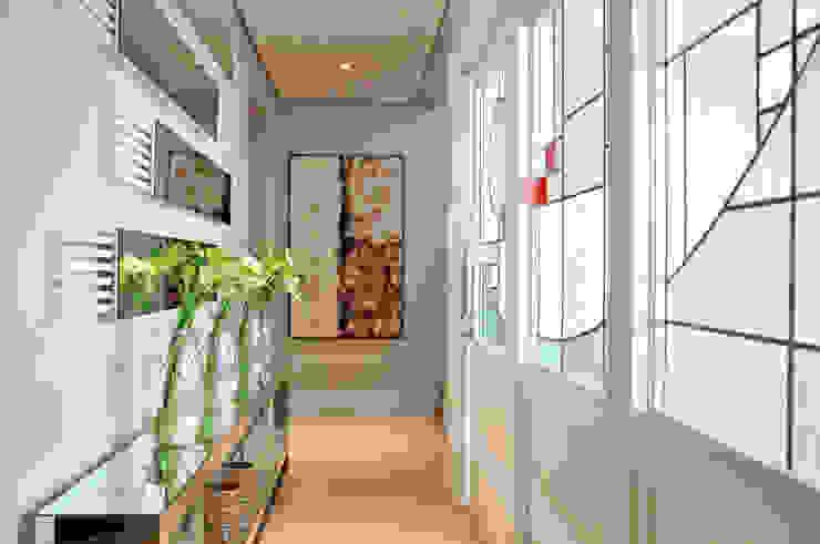 Pasillos, vestíbulos y escaleras de estilo moderno de VOLF arquitetura & design Moderno