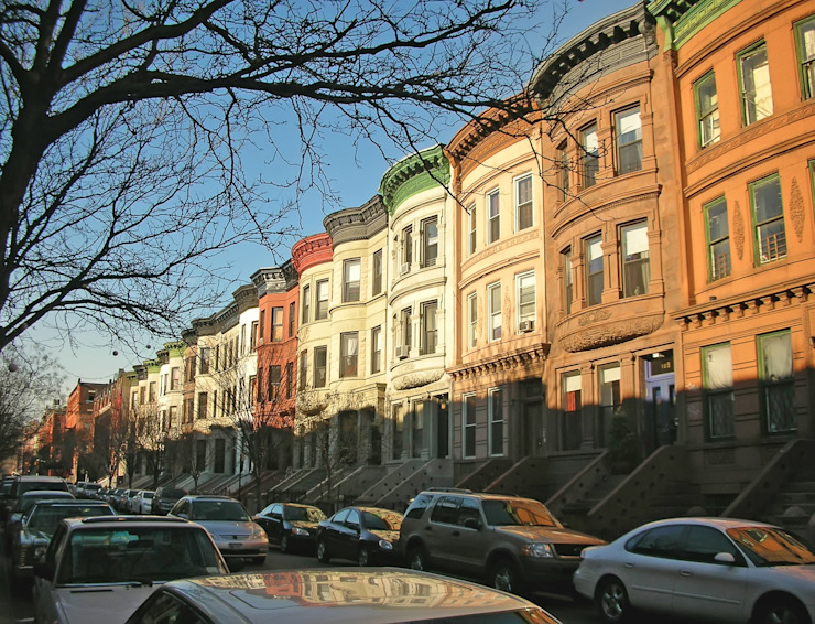 Colored buildings of Harlem district - New York. by homify