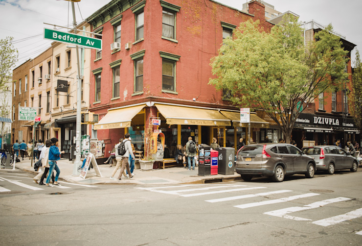 New York City, United States - April 23, 2016: Crowds of people walking along Bedford Avenue in Williamsburg, Brooklyn on a beautiful Weekend afternoon. by homify