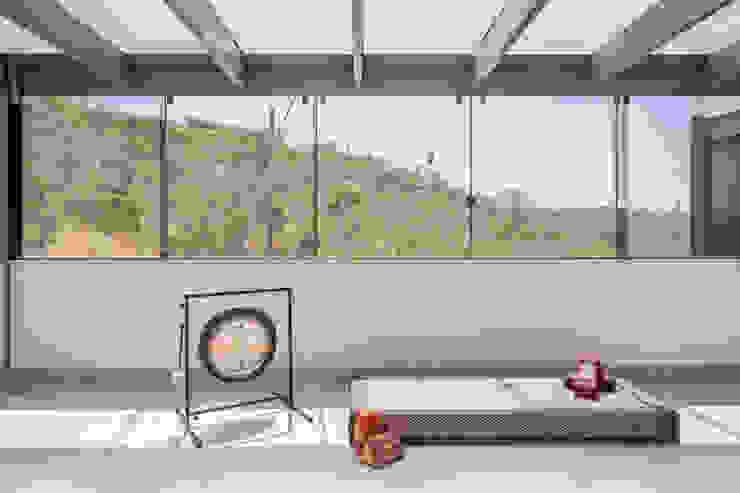 Gimnasios domésticos modernos: Ideas, imágenes y decoración de Joana França Moderno